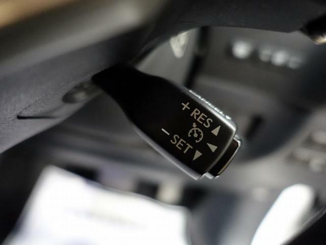 高速道路で便利な【クルーズコントロール】も装着済み。アクセルを離しても前方の車に合わせて走行ができる装備です。加速減速もスイッチ操作でOKです。