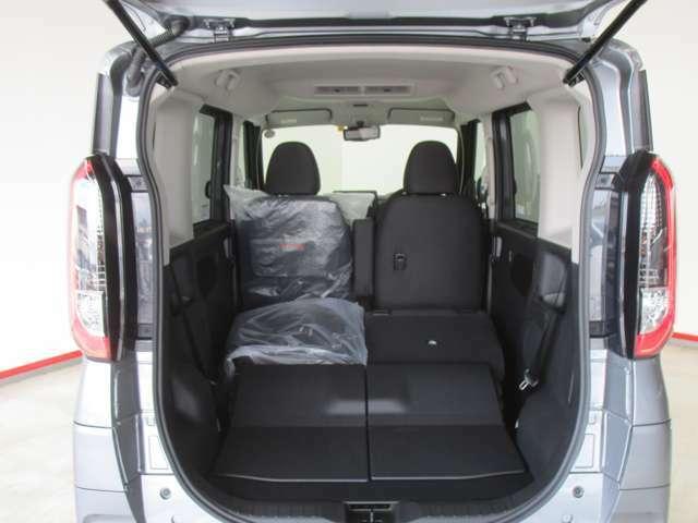 後席シートは5:5に分割で折り畳みができます。乗車スペースを確保しながら長い荷物も積み込みができます。