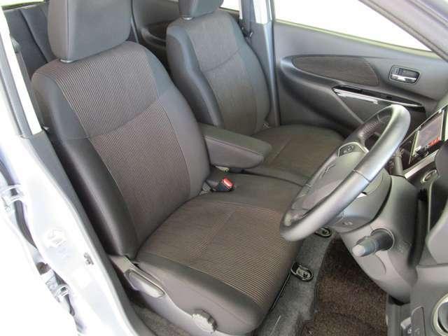 運転席はベンチシートで足もとゆったり!もちろん車内クリーニング済みなので清潔です!運転席シートヒーター付きです!