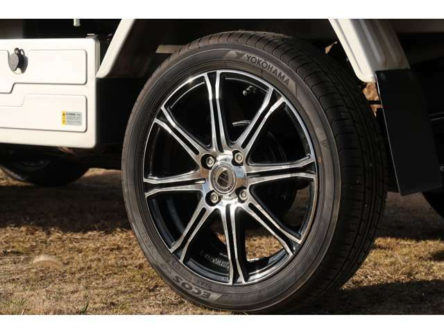 15インチ国産タイヤ、ワークホイルです。軽トラの足元も大切です、車検がとか小さいことは気にしません。