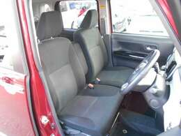 グレーのシート表皮を採用したフロントベンチシートは、肌触りが良く、体をしっかり包む快適な座り心地です。