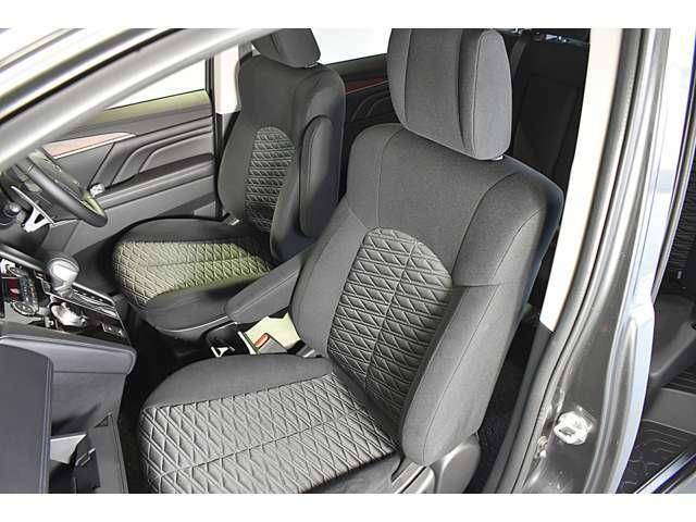広くて見晴らしの良いフロントシート!落ち着いたブラックの内装です! 電動シート(運転席)・シートヒーター(運転席&助手席)装備(*^-^*)