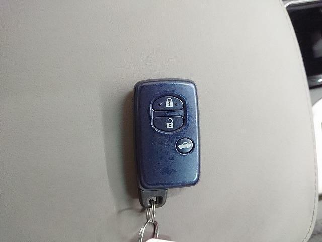スマートキーです。ボタン一つでドアの開閉が可能です♪もちろん両手が塞がっていてもドアに触れて開錠できます♪