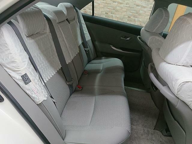 リヤシートも綺麗で、大人3人座ることが可能です!シートカバーも取り外し可能です♪