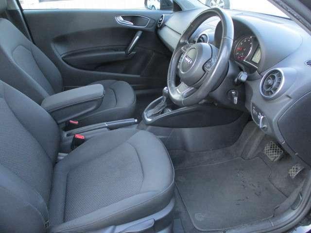 運転席は広々としており窮屈感等のストレスを感じることなく運転することが出来ます♪シートリフターも装備されておりますのでお好みの高さに調整出来ます♪
