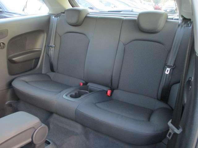 後席シートに目立つ擦れやキズ等もなくキレイな状態です♪シートは座面も大きく座り心地も良好です♪両サイドには肘掛けも装備されており後席にお乗りになられる方もくつろいでご乗車出来ます♪
