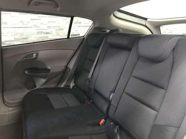 後部座席側も広々とした空間がございます。