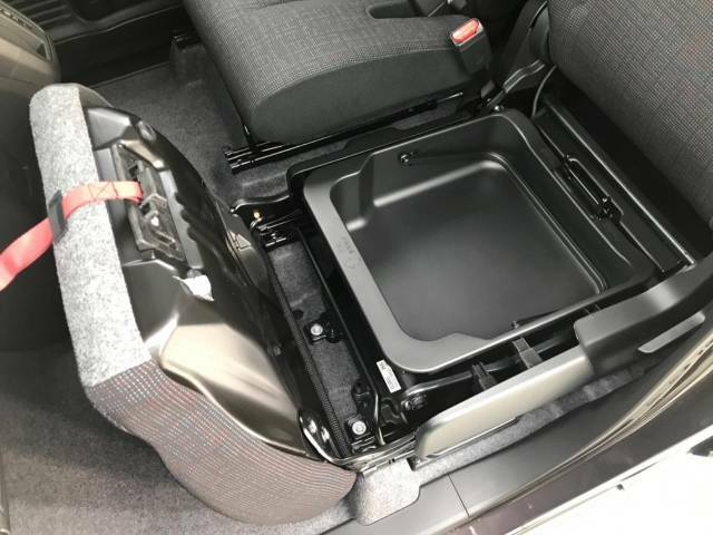 【助手席シート下収納】助手席のシート下にはこのようなBOX収納があります。「軽自動車は収納が少ないから・・・」という方にも安心。