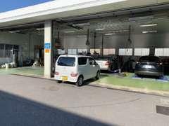当店自慢の車検指定整備工場です。まかせて安心プロの技術!
