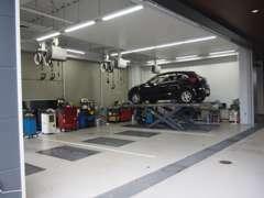 国家整備士資格を持ったスタッフが常駐しております。マツダ車のプロが皆様のお車の安心を守ります