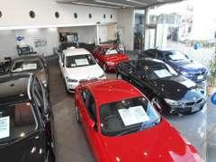 BMW Premium Selection世田谷ショールーム室内の認定中古車10台は高年式車ばかりを展示、悪天候な日でも楽しんでご覧頂けます。