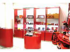 フェラーリ社が自らプロデュースした、腕時計をはじめ、ミニカーなどオフィシャルグッズを多数展示・販売しております。
