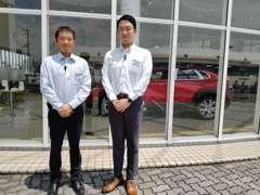 左から瀧上(タキガミ)店長の和田(ワダ)藤原(フジワラ)です