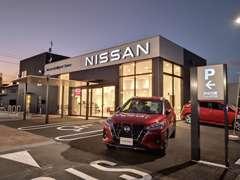 ダークグレーを基調にし「NISSAN」 新ロゴマーク夜は白色に点灯