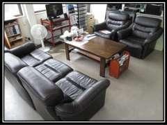 お客様にくつろいでいただくスペースです。ソファを設けておりますので、ごゆっくりおくつろぎください!