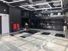 最新設備とクリーンな作業環境で販売車両を自社整備を行います。