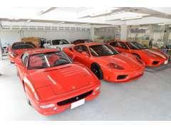 多数の車両を保管できる屋根下駐車場を完備