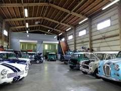 大きな倉庫の内はファクトリーとクラシックカーのショールーム