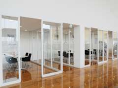 落ち着いた商談スペースでお客様のご要望にあわせたご提案を行います。