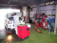 【本社工場】愛車のメンテナンスや車検などは、当社のプロスタッフが責任を持ってメンテナンスしますので、ご安心下さい。