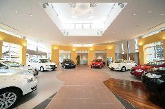 広いショールームには新車8台を常時展示!