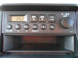 センターパネルにスッキリと収まったAM/FMラジオです。