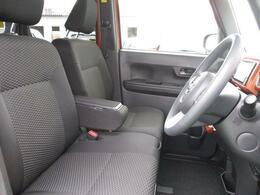 前席はアームレスト付きベンチシートなので、ゆったりと運転していただけます☆