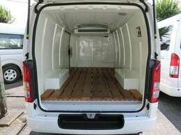 2019年8月登録/型式:CBF-TRH200V/8ナンバー(冷蔵冷凍車)/1年車検/2WD/2000cc/ガソリン車/3人乗り/ワンオーナー/▼荷室の床面には、木製のスノコが装備されています。
