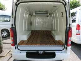 2019年8月登録/型式:CBF-TRH200V/8ナンバー(冷蔵冷凍車)/1年車検/2000cc/ガソリン車/2WD/3人乗り/ワンオーナー/★荷室の床面には、木製のスノコが装備されています。
