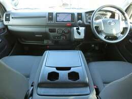 Wエアバッグ/ABS/VSC(横滑り防止装置)/キーレス×2/イモビライザー/排ガス浄化装置スイッチ/パワーヒートスイッチ/フロントエアコン+リヤクーラー+リヤヒーターが装備されています。