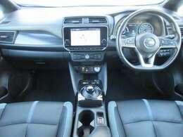 メーカー装着のメモリーナビ・ETC2.0・プロパイロット・ドライブレコーダー・スマートルームミラー・オ-トエアコン・インテリジェントキ-等を装備する運転席まわり。