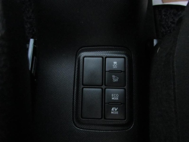 エコドライブモードスイッチ(燃費優先の制御を実施)、EVドライブモードスイッチ(モーターのみで静かに走行)です。