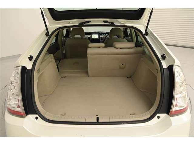 後部座席は、6:4分割可倒式です。 背もたれのレバー操作でボタン操作でシートバックを前倒しできます。 丈の長い荷物を積むことができます。