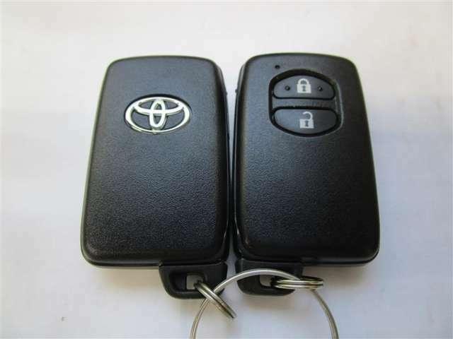 スマートキーを携帯していれば、ドアハンドルを軽く握るだけで解錠、ドアハンドルの正面にあるセンサーに触れるだけで施錠できます♪