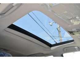 ■メーカーオプションの電動ムーンルーフが装備されており、車内に心地いい開放感を与えてくれます。