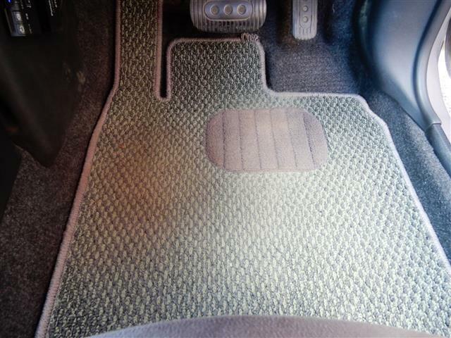 純正フロアマット付きのお車で、年式相応の使用感はありますが、まだまだ使えますヨ!!