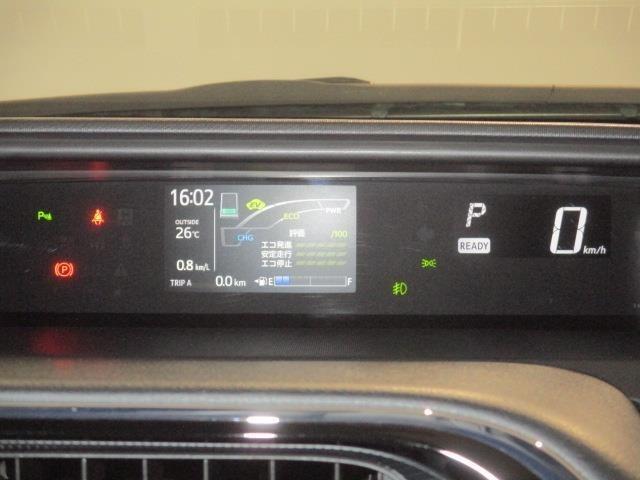 燃費も一目でわかる見やすいデジタルメーター