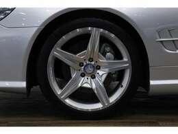 AMGスポーツパッケージ専用19インチのアルミホイールは、目立つヨゴレや歪みもなく良い状態です!!