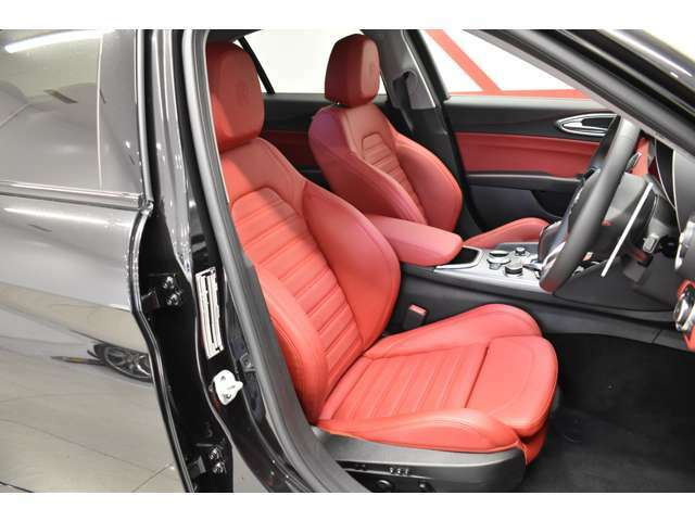 大人気のレッドレザーシートにはメモリー付きパワーシート、シートヒーターを装備。