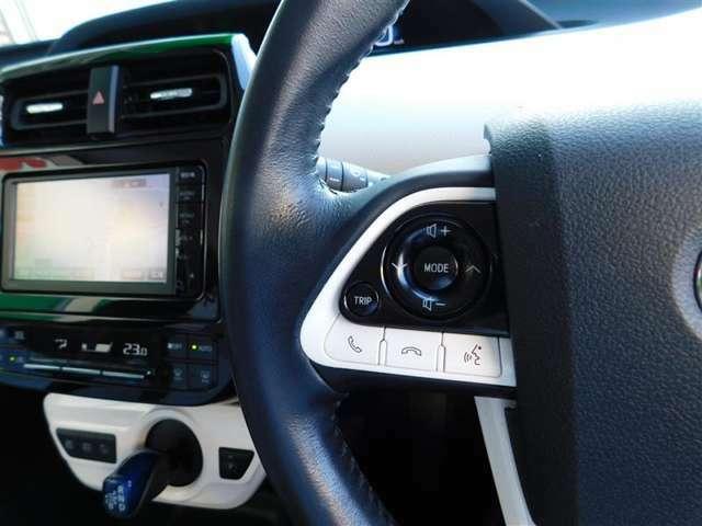 ハンドルから手を離さずにオーディオの操作ができるステアリングスイッチを装備。わき見運転の防止にもなり安全運転に貢献します。