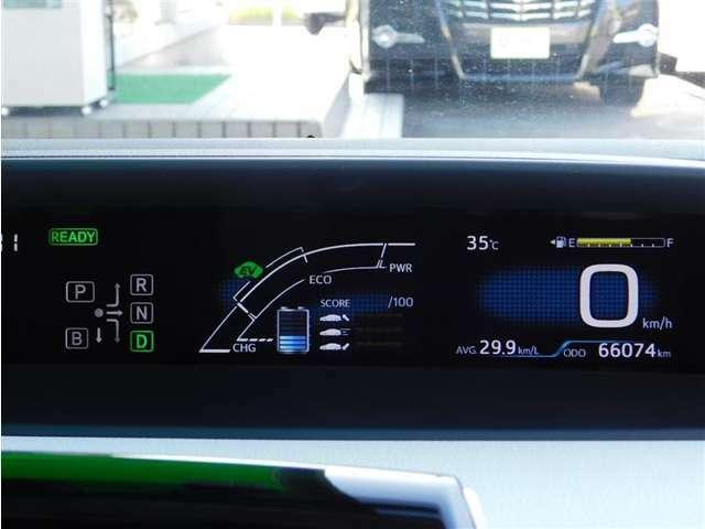 4.7インチTFTカラーツインディスプレイのメーターパネルには、燃費情報をはじめとする、様々な情報を表示させる事ができます。