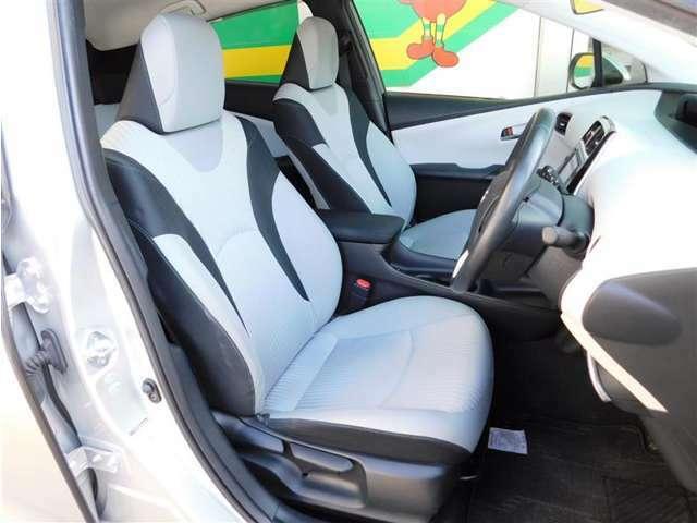 座り心地のいいファブリックシート。運転席はシート上下アジャスター付きで細かなポジション調整が可能です。