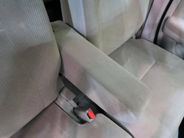 【アームレスト】運転中の身体の負担を軽減してくれるアームレストを装備♪