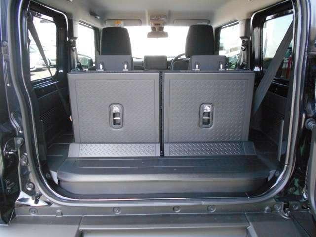リヤシート背面とラゲッジフロアは汚れにも水もふき取りやすい素材でお手入れ簡単!