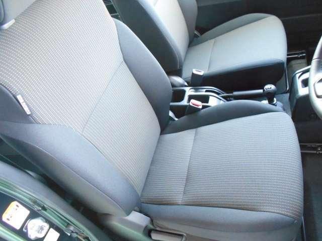 撥水加工ファブリックシート。体をホールドする形状なので長距離のドライブも疲れにくいです。