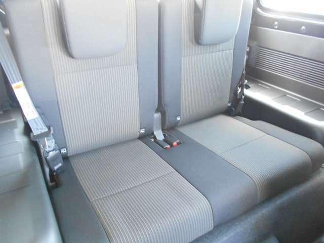 【後部座席】左右独立リアシートリクライニング。長時間のドライブでもリラックスできます。ご家族やご友人を乗せて遠くへのお出掛けも◎