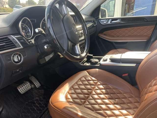 フロントシートはこのようになっております。高級感のある落ち着いた室内です。ブラウンのシートに黒の内装は上品でかっこいいですよね(*^-^*)