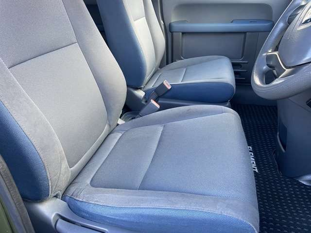 シート使用感はありますが、いい風合いでモケット素材の青になります