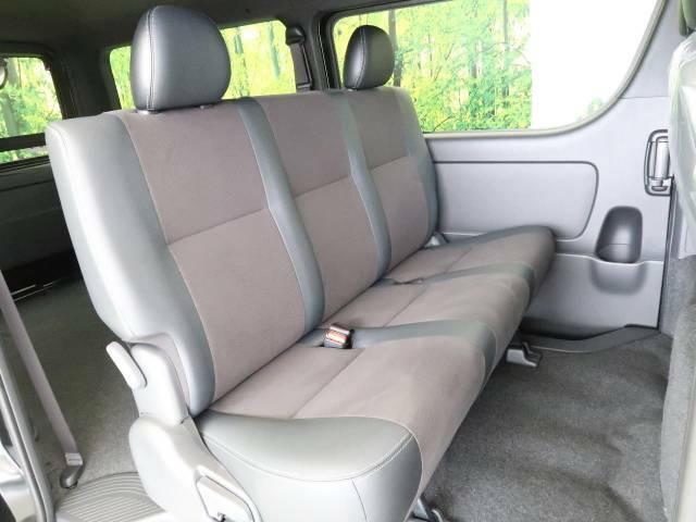 広々とした2列目シートは居住性が高く、居心地も快適!友達や家族とのお出かけにぴったりです。ベビーシートやチャイルドシート使用時も快適にお過ごしいただける十分な空間を確保しています。