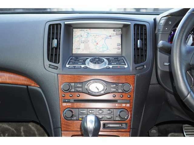 内装はフォーブと黒を基調としております。大変お洒落な雰囲気の車内でございます♪